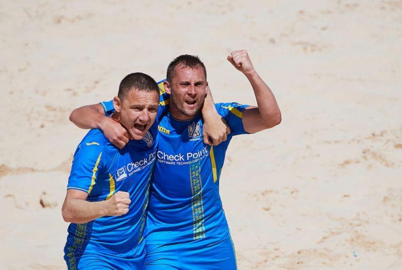 Украинские сборники празднуют тяжело добытую победу в матче против сборной Швейцарии. 5:4 - итоговый результат, на энтузиазме идем дальше.