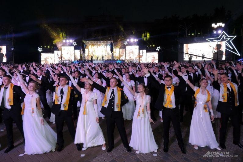 Ближе всего к трибуне с почетными гостями были выпускники из Краснодара.