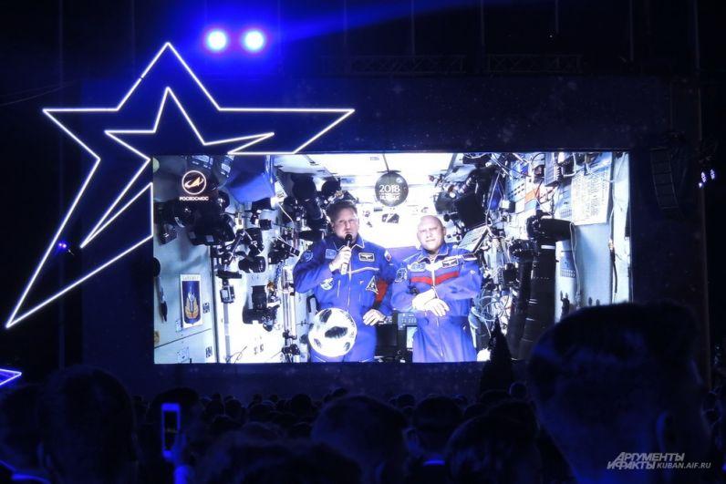 Российские космонавты поздравляют выпускников с борта МКС.