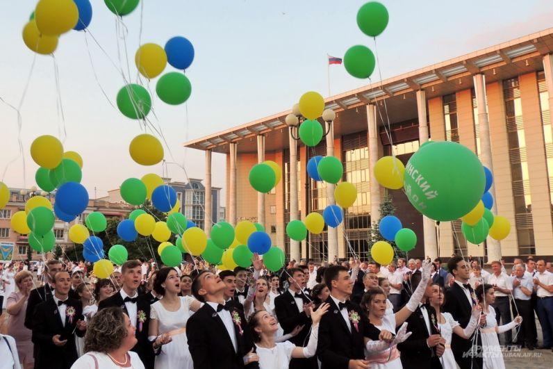 На Пушкинской площади выпускники выпускали шары в небо.