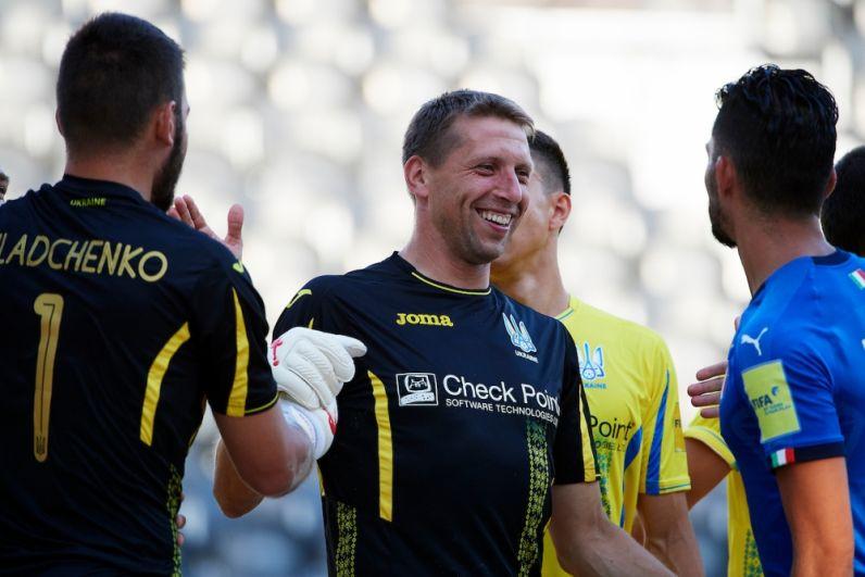 Вратари сборной Украины по пляжному футболу Гладченко и Сидоренко отработали на славу в серии пенальти против итальянской сборной. Даже соперник пришел поздравить.