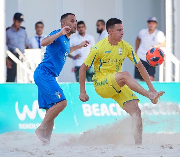 Максим Войток показывает итальянскому защитнику мастер-класс по контролю мячом.