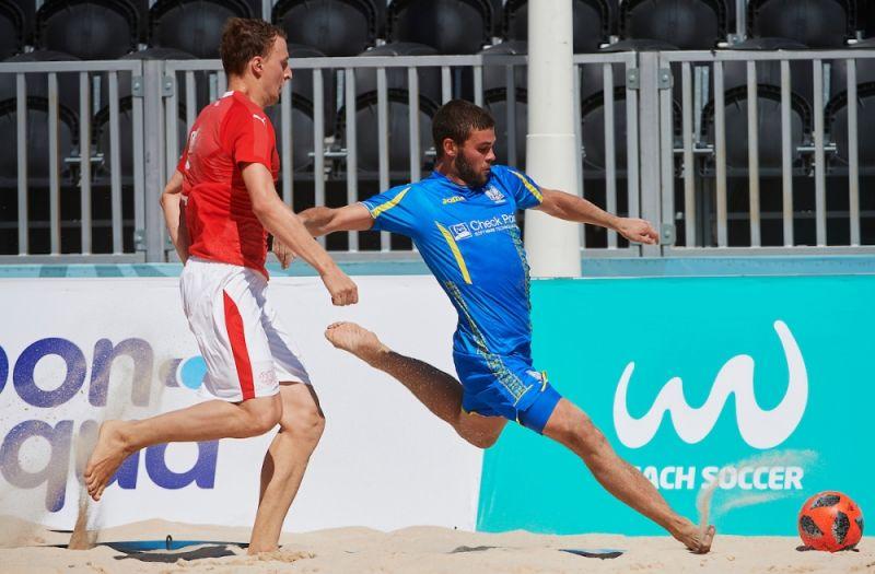 Юрий Щерица от души прикладывается к мячу. Швейцарскому защитнику остается только наблюдать.