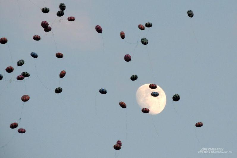Воздушные шары на фоне Луны.