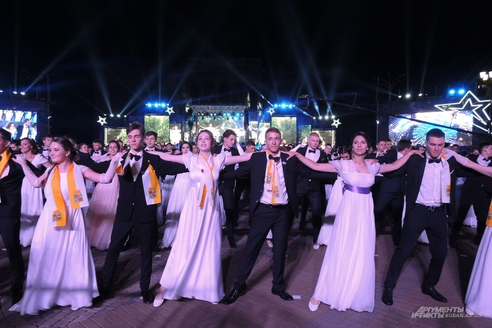 Танцы на фоне огромных мониторов.