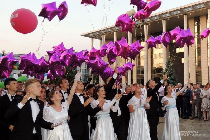 За шествием выпускников наблюдали главы районов края и первые лица Кубани.