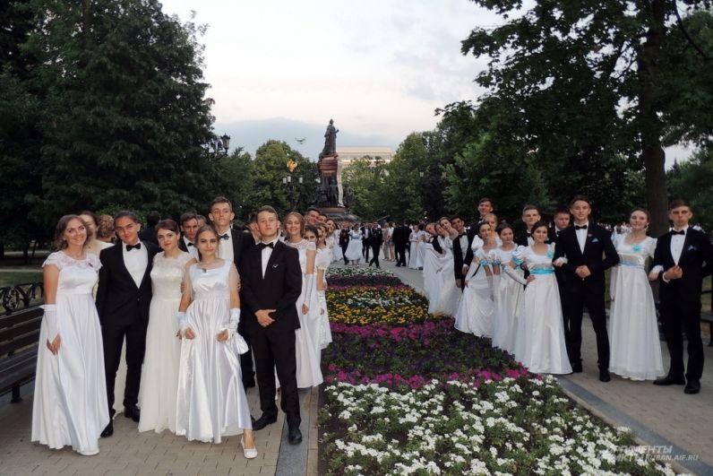 Выпускники на фоне памятника Екатерине II.