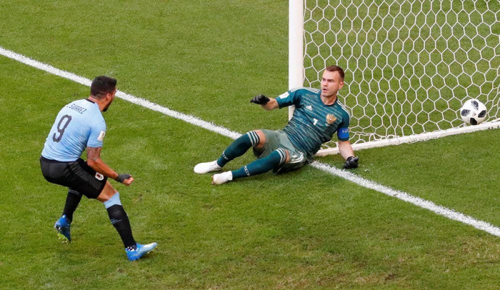 Игорь Акинфеев пропускает второй мяч в ворота своей сборной.