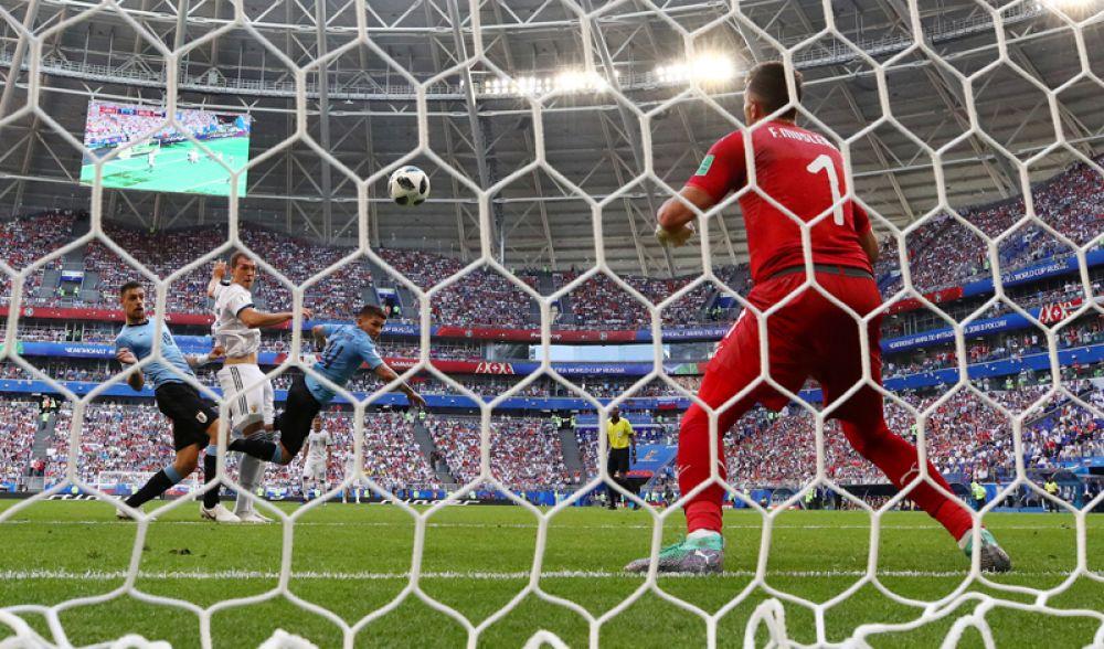 Опасный момент у ворот команды Уругвая. Вратарь сборной Уругвая Фернандо Муслера ловит мяч.