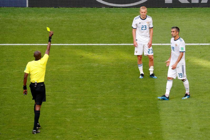 Игорь Смольников получает вторую желтую карточку и уходит с поля.