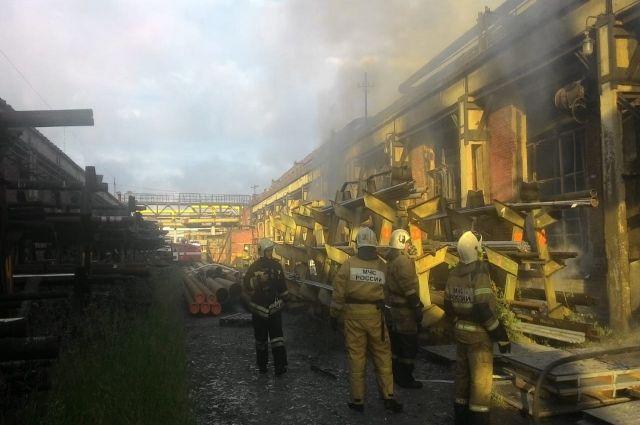 Пожарные запрашивают дополнительные силы.