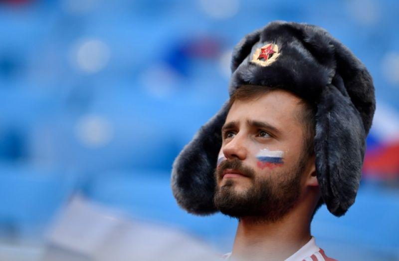 И, хоть сборная России и выходит в плей-офф, результат матча не мог не повлиять на настрой болельщиков.