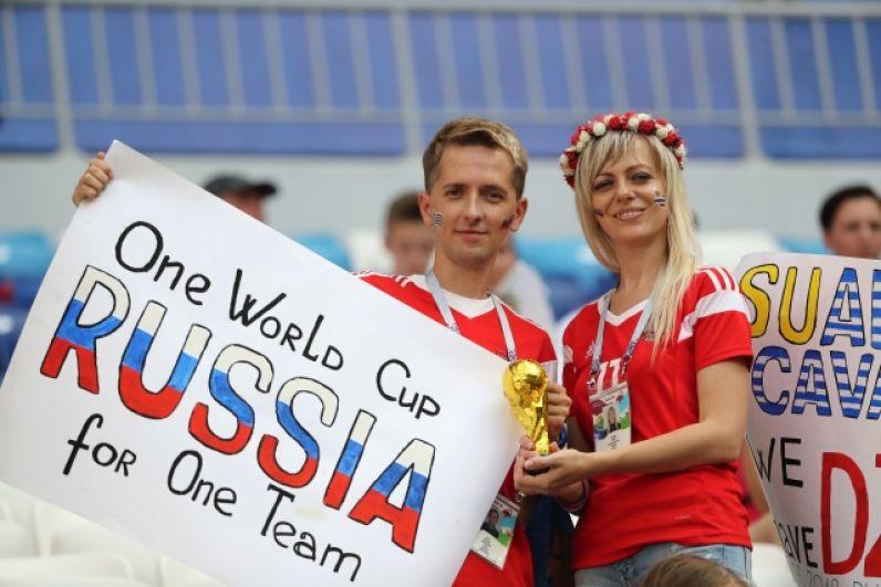 Множество болельщиков приехало на матч в Самару из разных регионов России, чтобы поддержать свою команду.