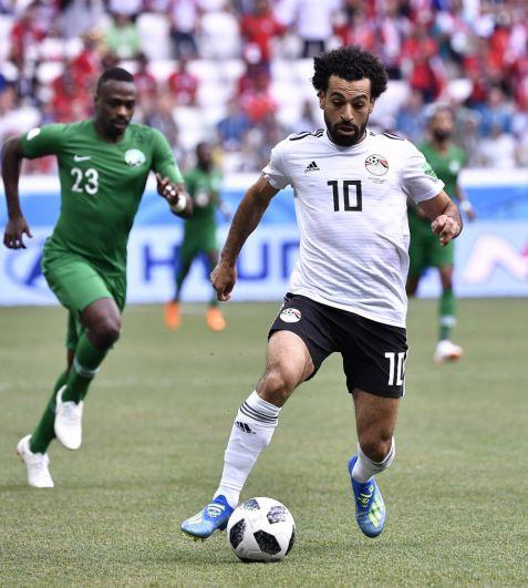 Надежда египетской сборной Мохамед Салах то и дело пытался прорваться к воротам соперников.
