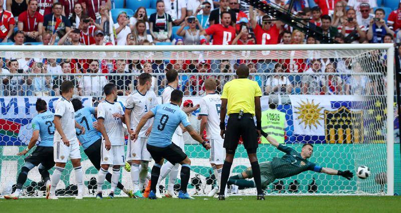 Нападающий сборной Уругвая Луис Суарес на 10 минуте исполняет штрафной и забивает первый гол в матче с Россией и второй гол на ЧМ-2018.