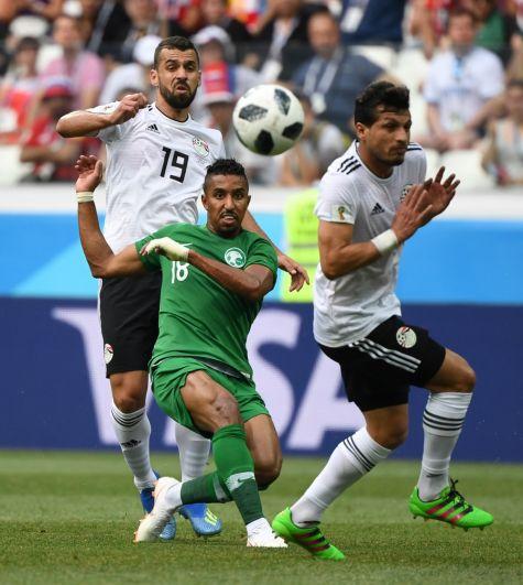Салем Аль-Досари из сборной Саудовской Аравии пытается завладеть мячом.