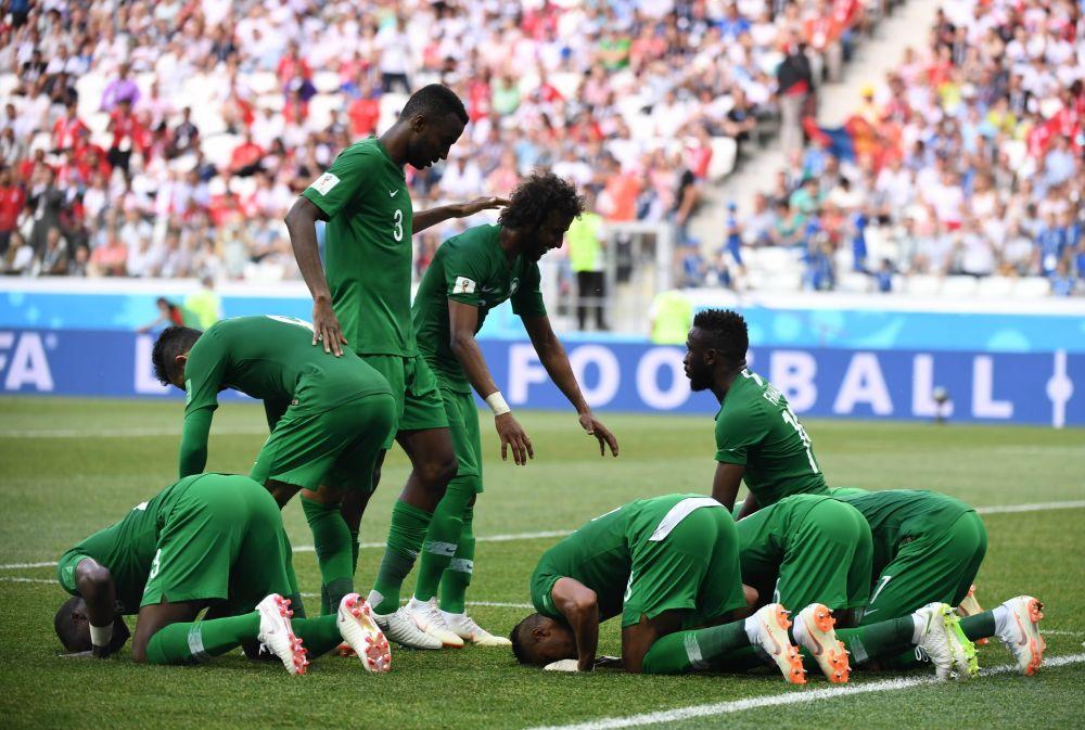 Сборная Саудовской Аравии радуется победе.