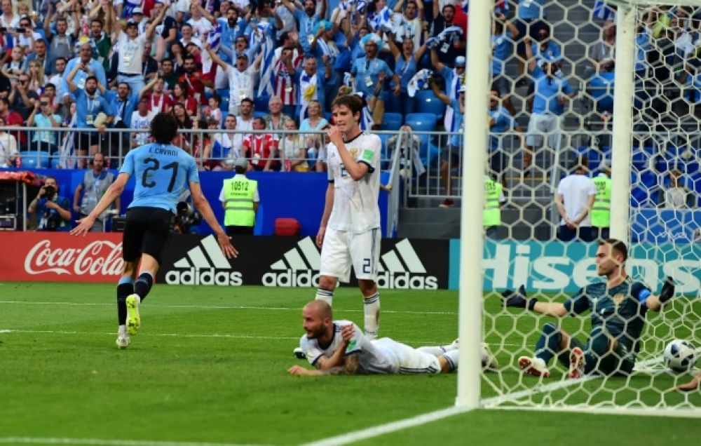 Третий гол уже на 90-й минуте забивает Кавани. Игорь Акинфеев разводит руками.