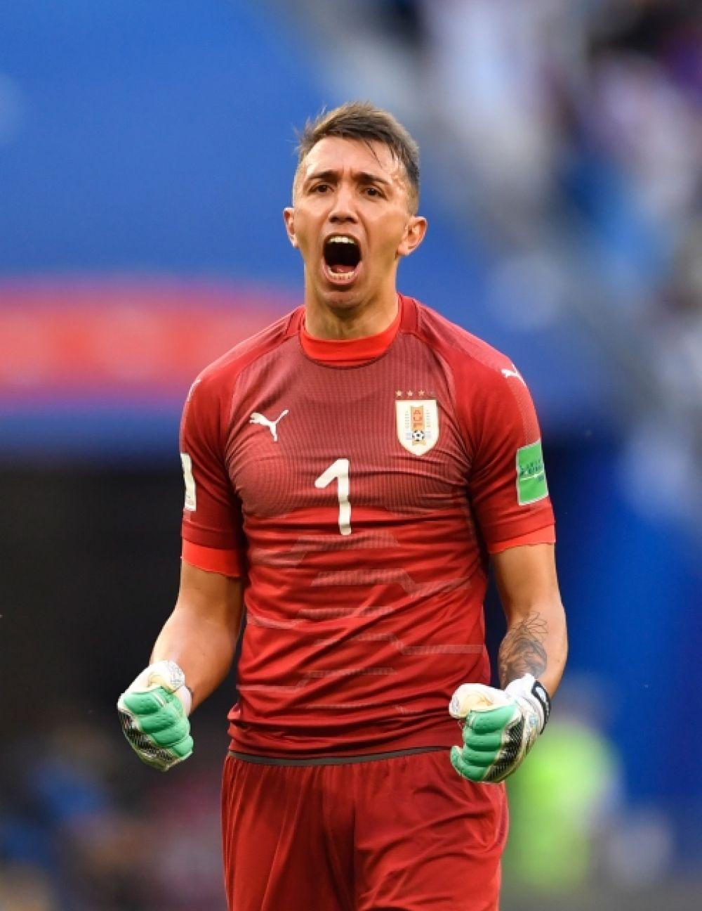 Реакция голкипера сборной Уругвая Фернандо Муслеры на третий гол - не в его ворота.