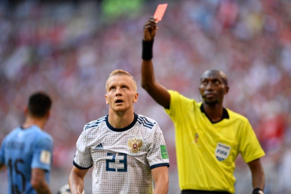На 36-й минуте Игорь получает красную карточку и оставляет команду в меньшинстве.