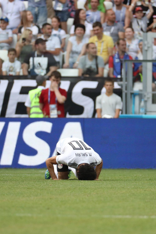 Мохаммед Салах переживает гол в ворота его сборной.