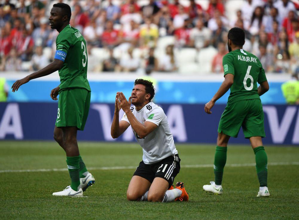 Полузащитник сборной Египта Трезеге сокрушается нереализованному коллегой пенальти.