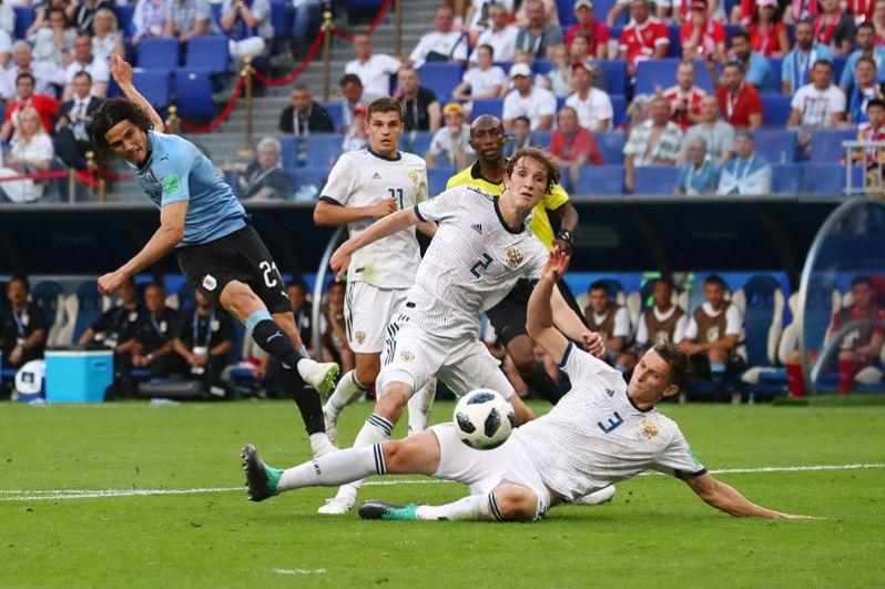 Уругвайский нападающий Эдинсон Кавани делает голевую передачу.