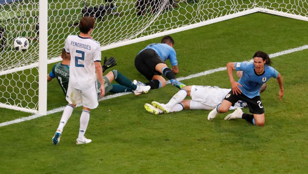 Эдинсон Кавани забивает третий гол в ворота россиян.