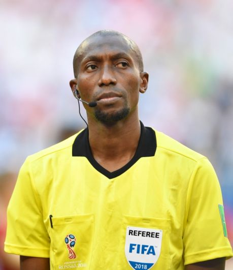 Возникали вопросы и к судейству на матче. На фото - рефери из Сенегала Маланг Дьедиу.