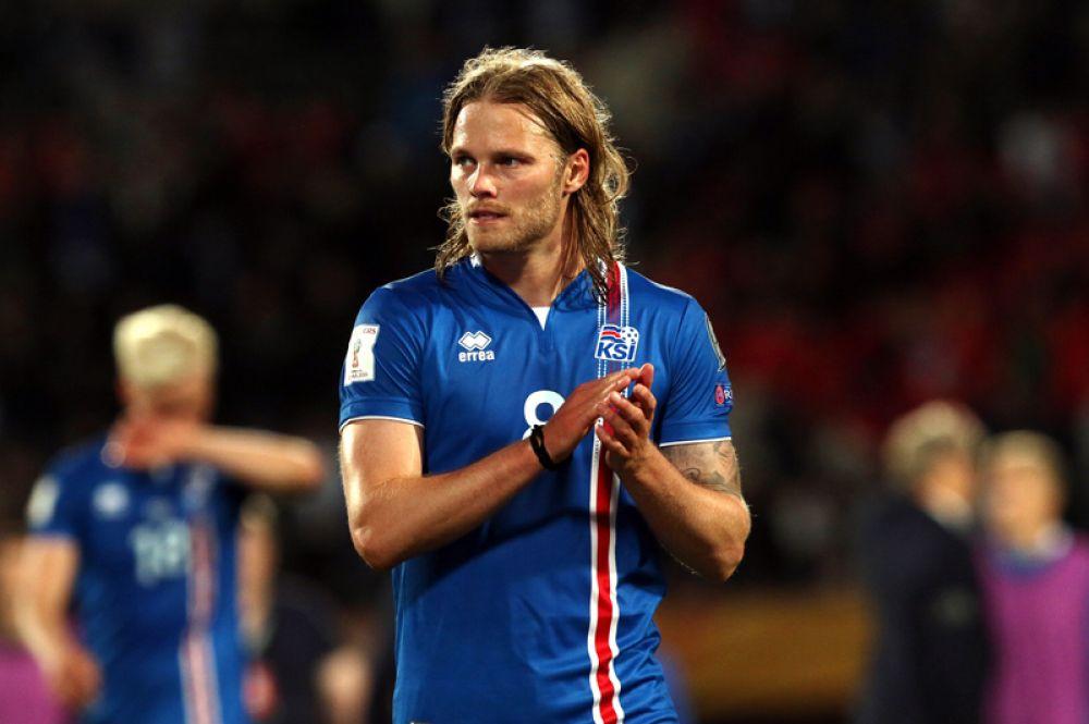 Биркир Бьяднасон, Исландия. На Евро-2016 в поединке против португальцев именно Бьяднасон забил первый гол Исландии на международных турнирах, также он отличился в матче 1/4 финала против французов.