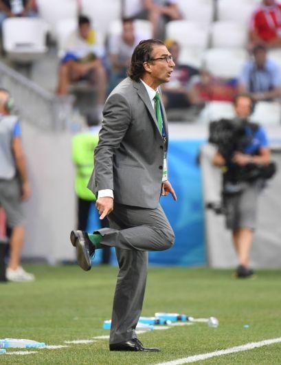 Главный тренер сборной Саудовской Аравии Хуан Антонио Пицци спорит с судьей.