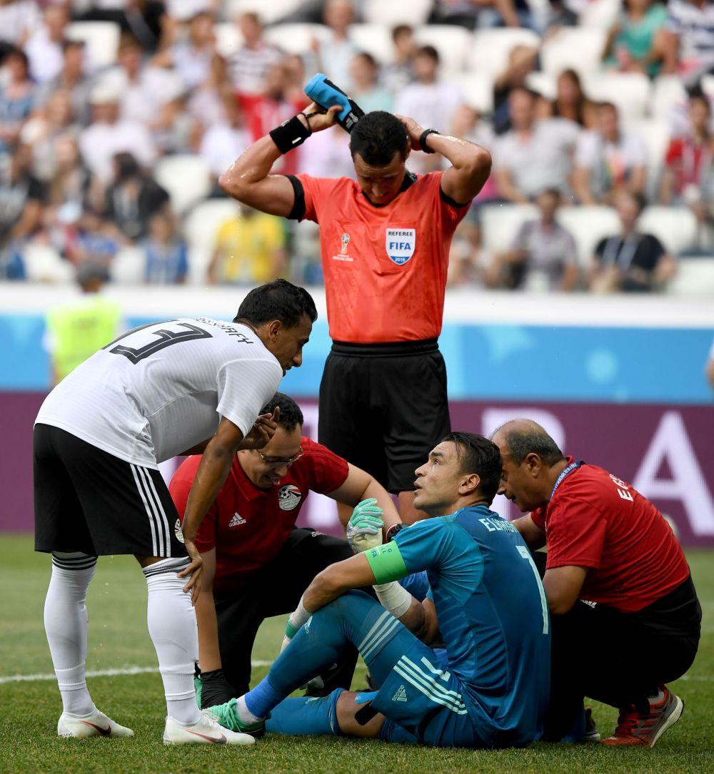 Медики оказывают помощь вратарю и капитану сборной Египта Эль-Хадари, к слову, самому возрастному игроку турнира.
