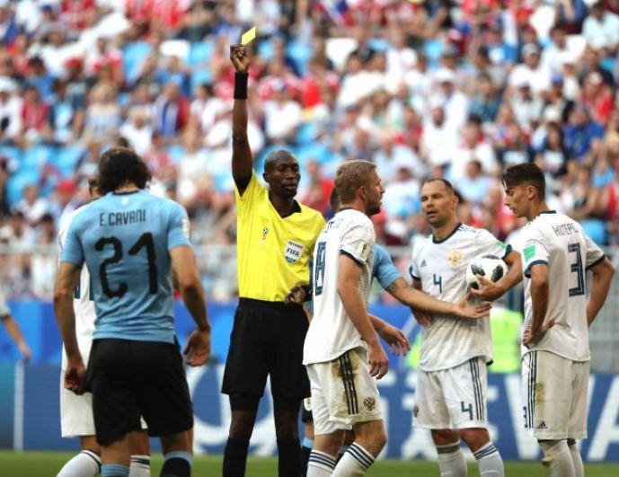 Первая желтая карточка в матче досталась Юрию Газинскому уже на 9-й минуте.