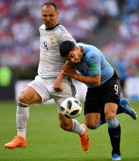 Сергей Игнашевич борется с Суаресом за мяч.