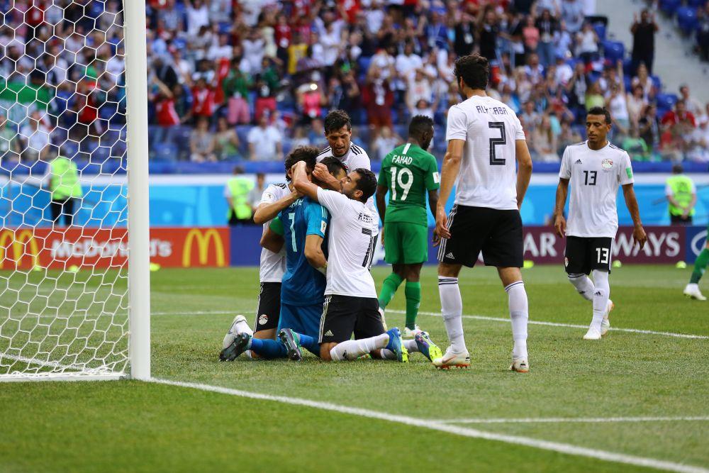 Египтяне поддерживают вратаря после забитого гола.