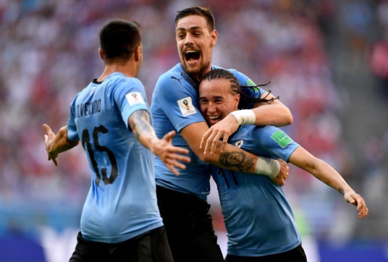 Радуются и другие игроки сборной Уругвая.