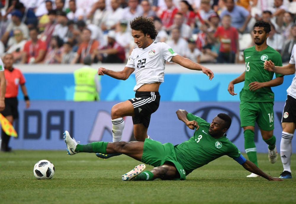 Египтянин Амр Уарда не может перехватить мяч.