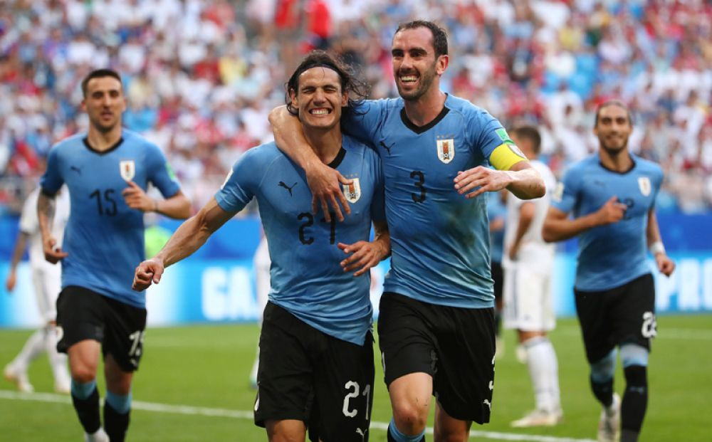 Игроки сборной Уругвая радуются победе.