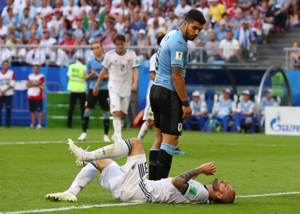 Защитник Федор Кудряшов получает травму.