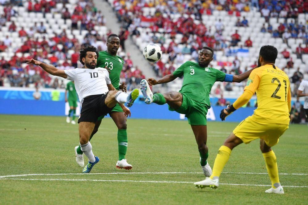 Ожесточенная борьба за мяч между Мохаммедом Салахом и Осамом Хаусауи.