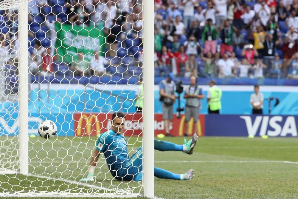 Вратарь египтян Эссам аль-Хадари пропустил мяч в свои ворота.