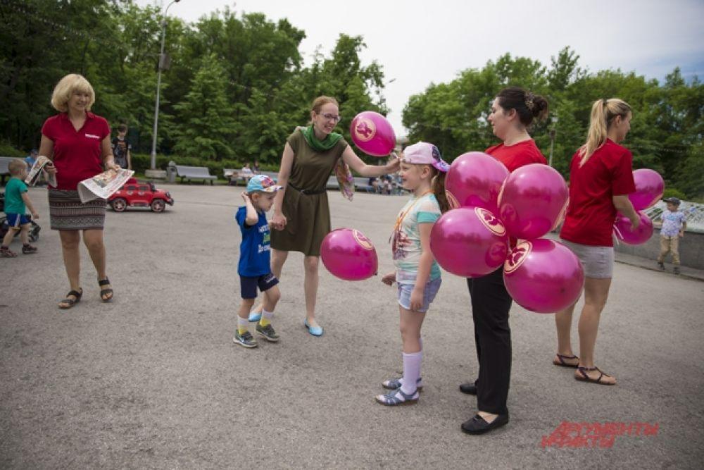 В парке имени Кирова с самого утра для гостей устроили праздник сотрудники редакции «АиФ на Оби». Всем желающим раздавали воздушные шарики от партнеров мероприятия – Шоколадной фабрики «Новосибирской»