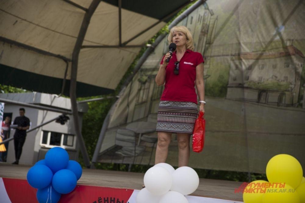 На основной сцене гостей поздравила главный редактор «АиФ на Оби» Эльвира Новикова.