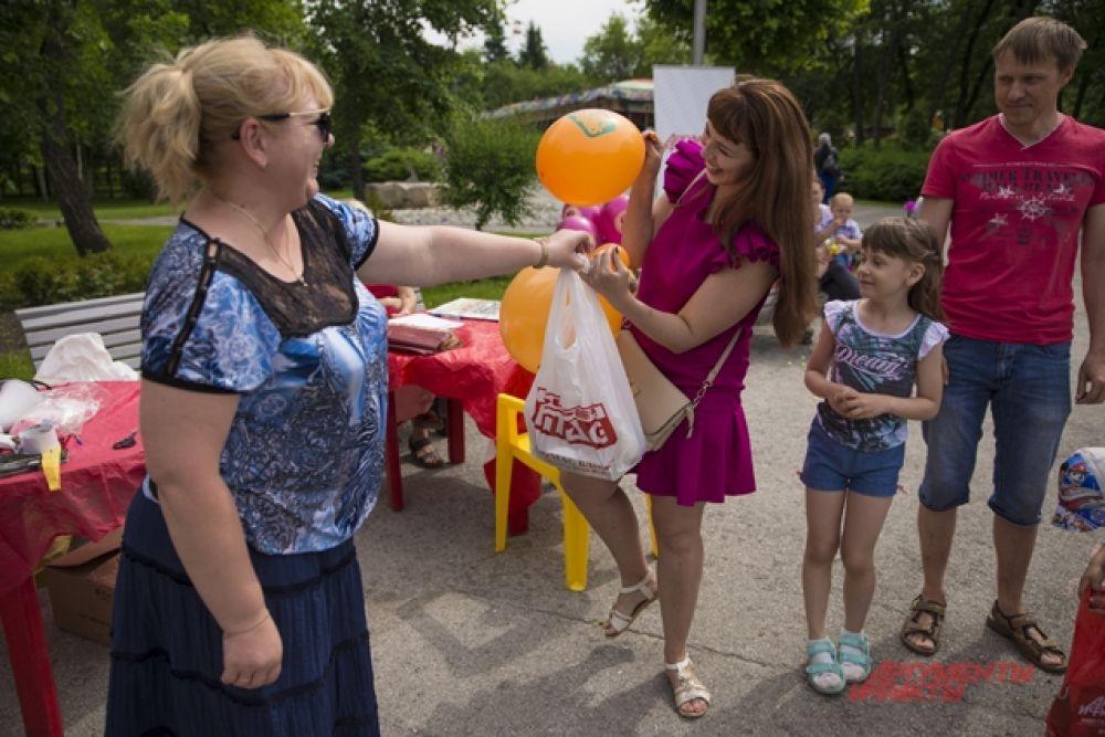 Родители тоже участвовали во всевозможных состязаниях. Мамы получали подарки от сети магазинов SuperMAG, папы - от редакции.