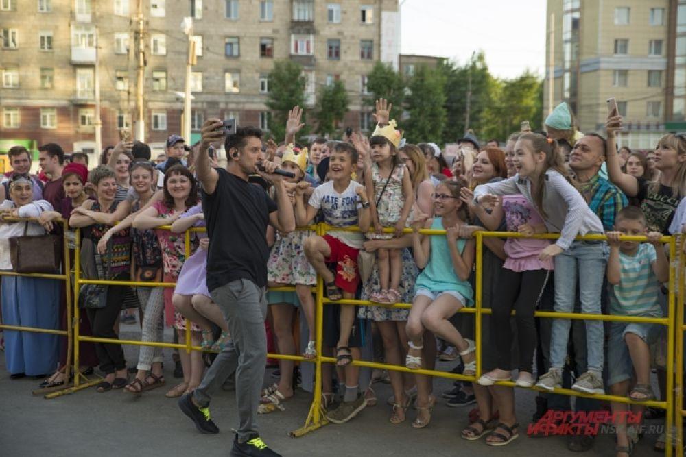 На площадке у Сан Сити тем временем выступала группа «Градусы».