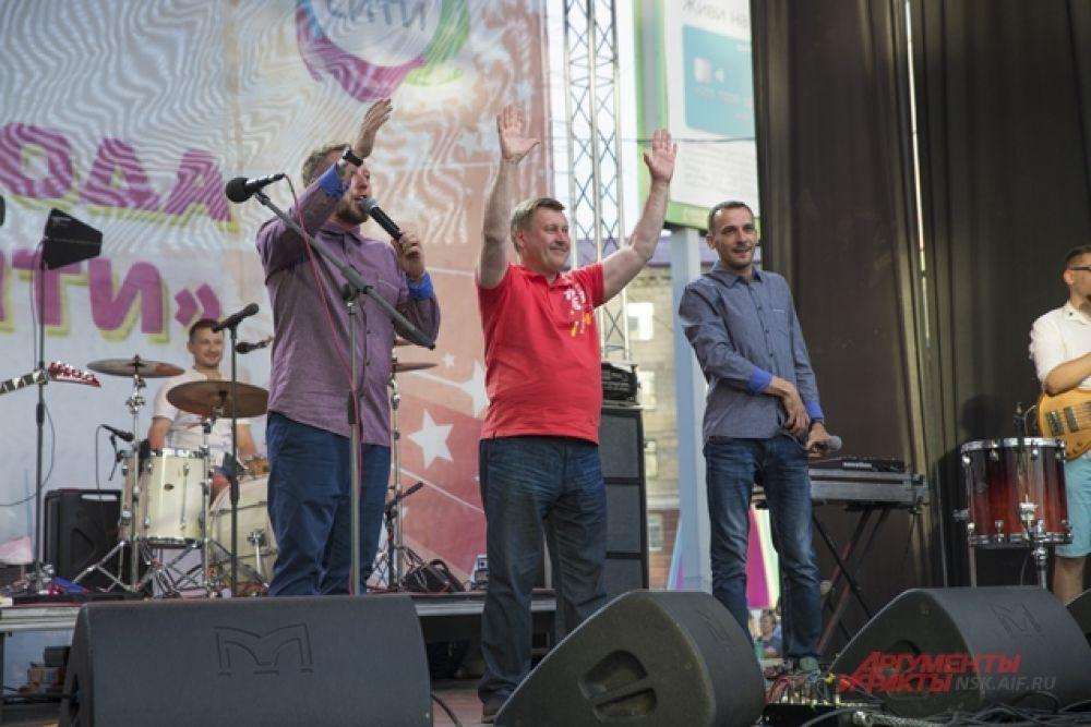 Там же поздравил сибиряков мэр Анатолий Евгеньевич.