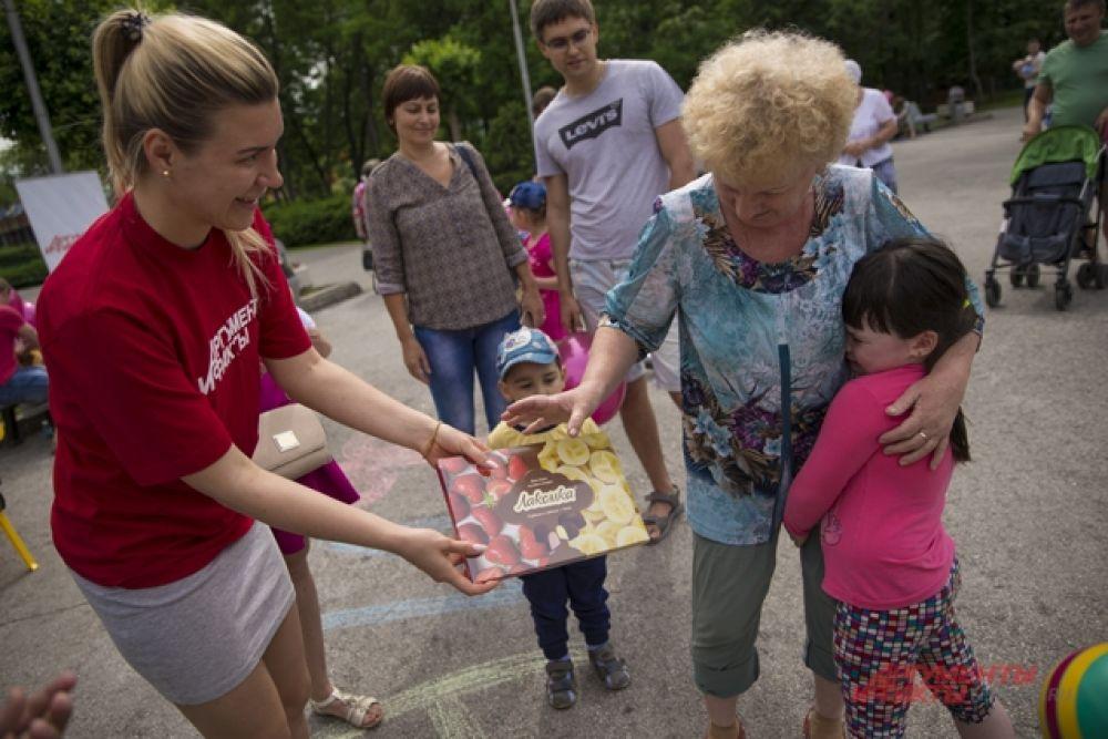 За правильные ответы ребята получали сладкие подарки от Шоколадной фабрики «Новосибирской» и  призы от «АиФ на Оби».