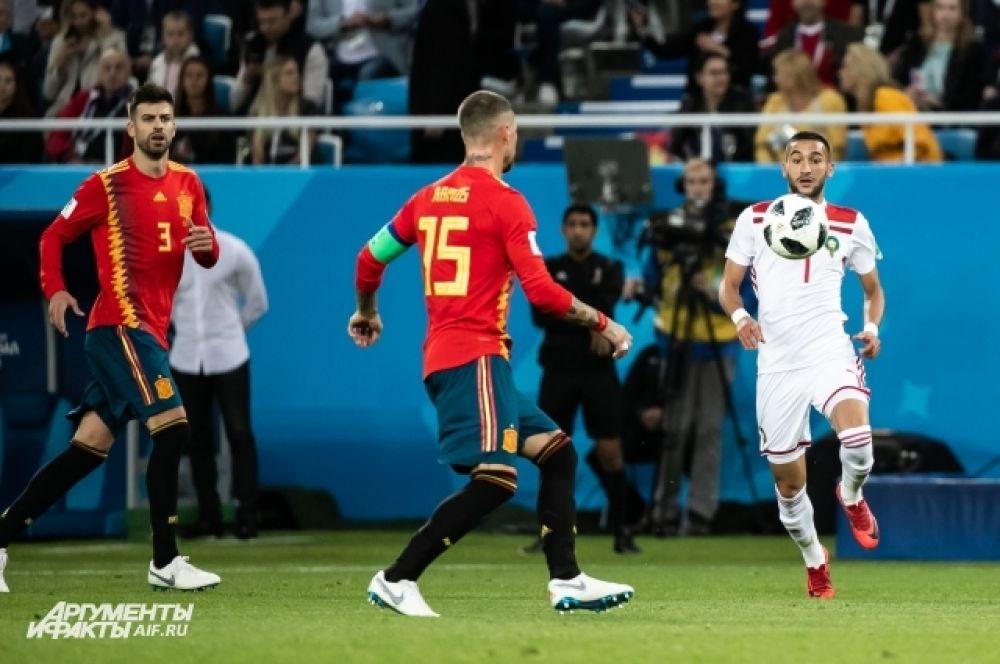 Жерар Пике и Серхио Рамос в борьбе за мяч.
