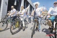 Танцор Евгений Папунаишвили и легкоатлетка Светлана Мастеркова возглавили велопробег в поддержку Собянина