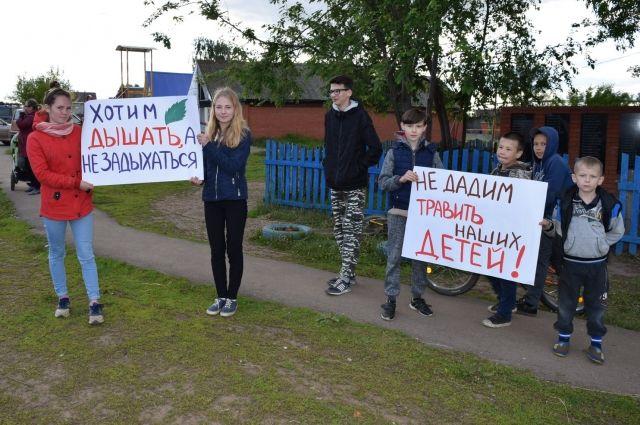Не желая мириться с такой ситуацией, жители Старого Мартьянова на народный сход пришли с лозунгами.